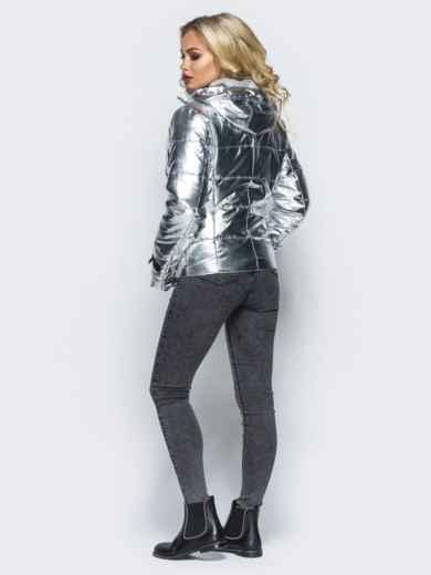 Куртка серебристого цвета со съемным капюшоном и карманами на молнии - 16685, фото 3 – интернет-магазин Dressa
