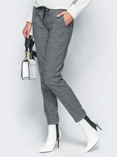 Жаккардовые брюки светло-серого цвета - 17756, фото 2 – интернет-магазин Dressa