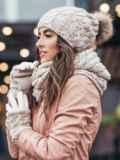 Бежевый комплект узорной вязки с бубоном на шапке 15555, фото 3