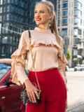 Шелковая блузка с оборкой по лифу и рукавам бежевая 49440, фото 3