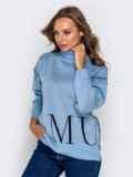 Голубой свитер мелкой вязки с контрастной надписью 41180, фото 2