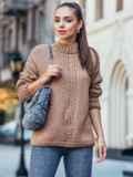 Коричневый свитер со спущенной линией плечевого шва 50207, фото 2