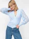 Голубой джемпер на фиксированный запах с ажурным рукавом 52914, фото 3