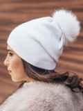 Зимняя шапка белого цвета с бубоном из натурального меха 14723, фото 2