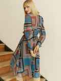 Шифоновое платье с геометрическим принтом и воротником-аскот коричневое 53078, фото 7